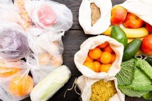Ovoce a zelenina balené v igelitových sáčcích versus plátěných